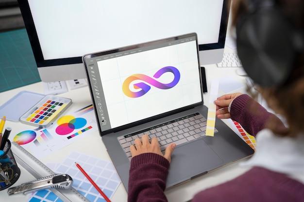 彼女のラップトップに取り組んでいる若い女性デザイナー