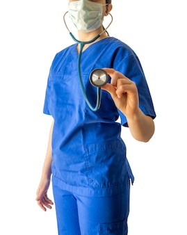 白で隔離される聴診器を保持している青い医療服の若い女性医師