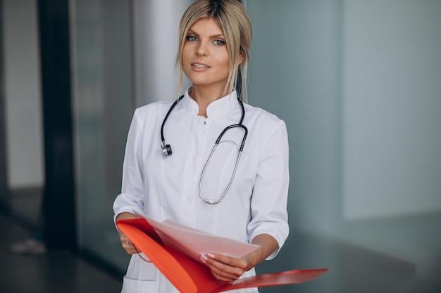 病院の救急車の若い女性医師
