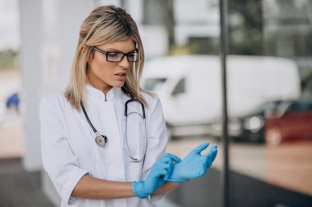 Молодая женщина-врач в больнице скорой помощи