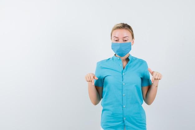 下を向いて困惑している制服を着た若い女性医師