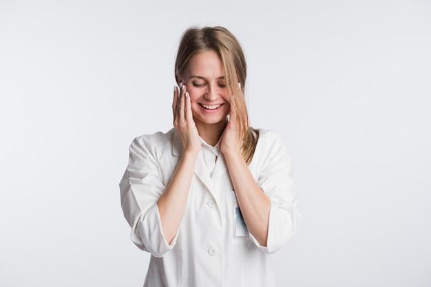 若い女性医師または看護師はショックを受けています