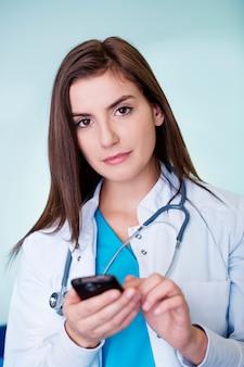 젊은 여성 의사 문자 메시지
