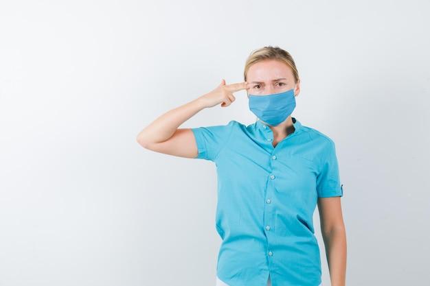 Giovane dottoressa in uniforme che fa gesto di suicidio isolato