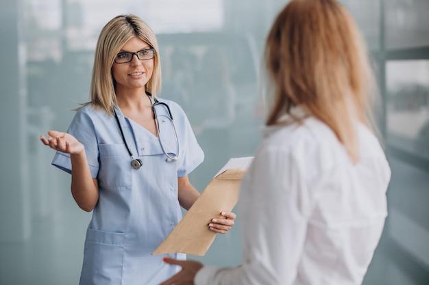 クリニックで患者と若い女性医師