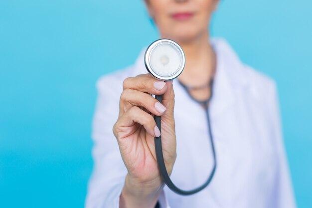 Молодая женщина-врач со стетоскопом, крупным планом.