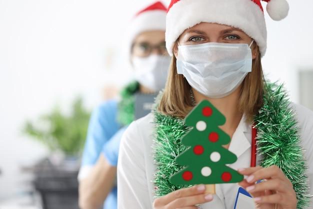 サンタクロースの帽子と見掛け倒しの若い女性医師
