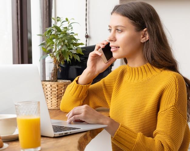 携帯電話で話している若い女性起業家