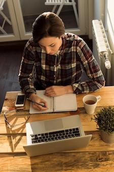 Молодая женщина предприниматель работает Premium Фотографии