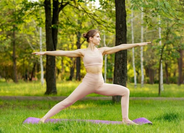 Молодая женщина, осуществляющая жизненно важный фитнес на открытом воздухе