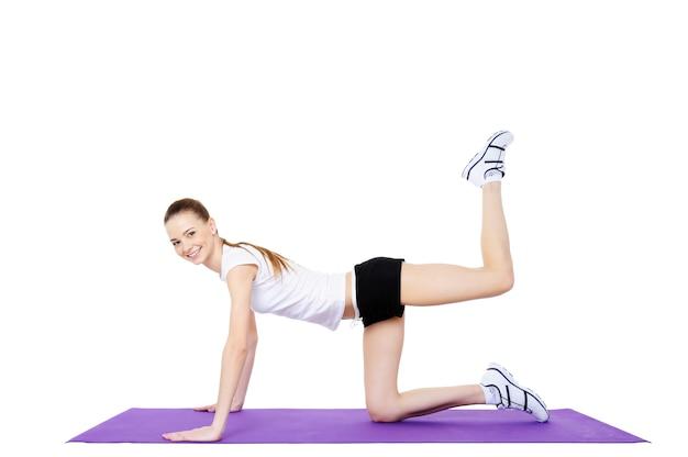 若い女性のフィットネスと運動