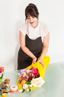 若い、女性、花屋、花、黄色、布、机