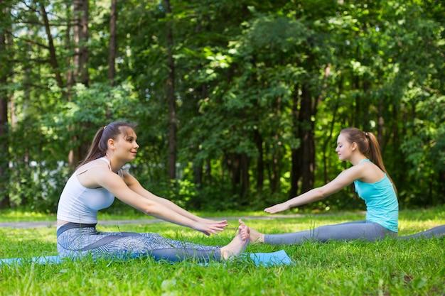 ワークアウトとストレッチ体操を行う若い女性の友人