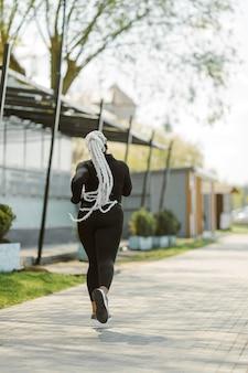 屋外でのトレーニングを楽しんでいる若い女性