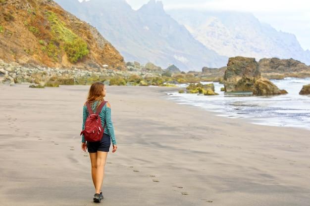 テネリフェ島の野生の楽園ビーチを発見した若い女性ハイカー