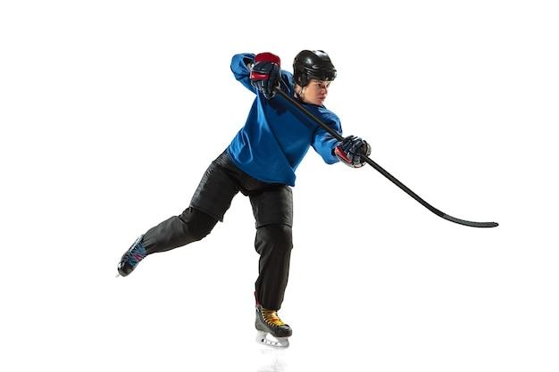얼음 코트와 흰 벽에 막대기로 젊은 여성 하키 선수. 장비 및 헬멧 훈련을 착용하는 운동가. 스포츠, 건강한 라이프 스타일, 모션, 액션, 인간 감정의 개념.