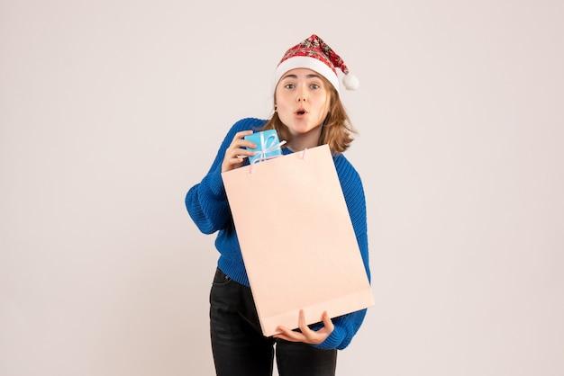 白で少しプレゼントを保持している若い女性
