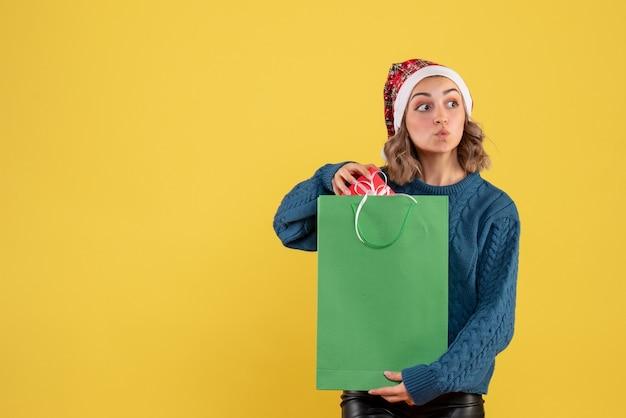 Giovane pacchetto di partecipazione femminile e poco presente sul giallo