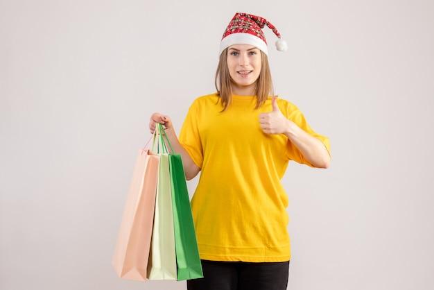 Giovani pacchetti di partecipazione femminile dopo lo shopping su bianco