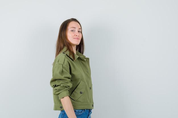 재킷, 반바지와 매력적인 찾고 젊은 여성.