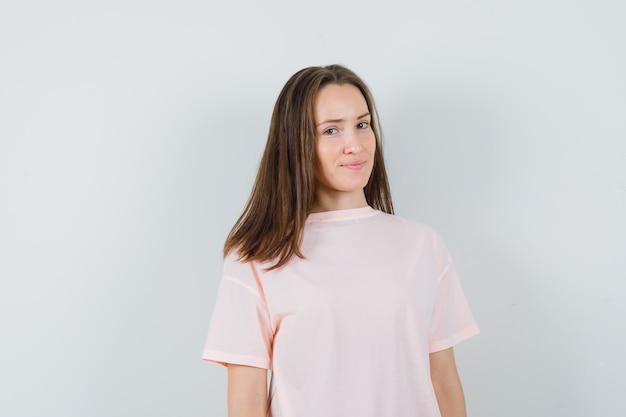 ピンクのtシャツを着た若い女性と賢明な外観、正面図。