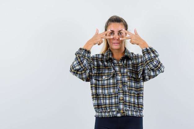 젊은 여성 셔츠, 반바지 v 기호를 표시 하 고 자신감, 전면보기를 찾고.