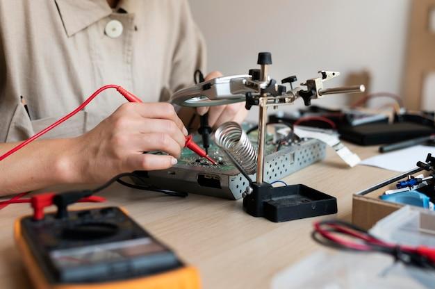 Молодая женщина-изобретатель создает в своей мастерской