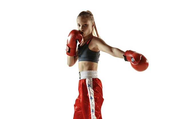 白い背景に分離された若い女性のキック ボクシングの戦闘機のトレーニング