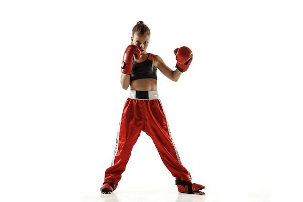Тренировка молодых девушек по кикбоксингу на белом