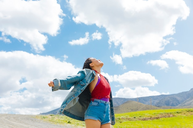 Молодая женщина, глядя на голубое небо