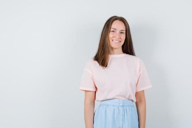 Tシャツ、スカート、嬉しそうに見える、正面からカメラを見て若い女性。