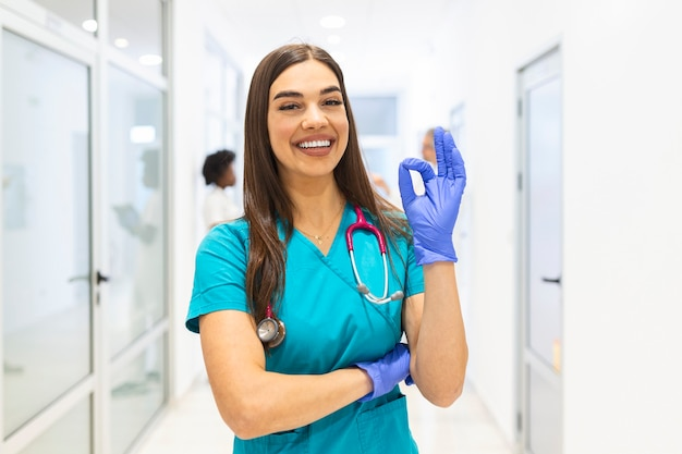 Молодая женщина-врач, работающая в больнице, и медицинский персонал