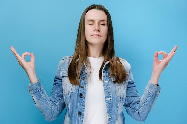 Молодая женская медитация руками мудры