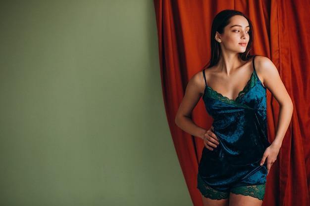 잠자는 속옷에 젊은 여성 모델