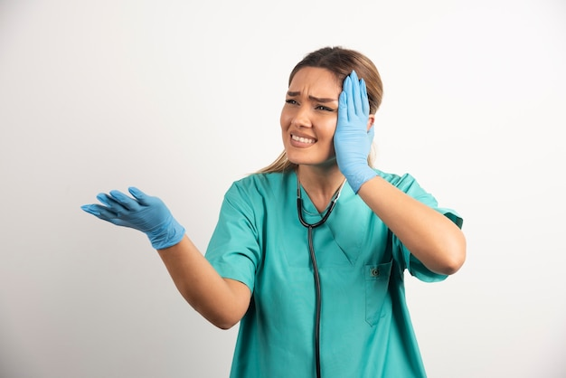청진 기 포즈를 취하는 젊은 여성 간호사.