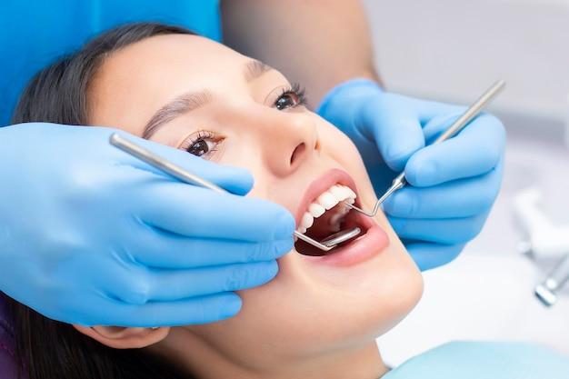Молодая пациентка в стоматологической клинике