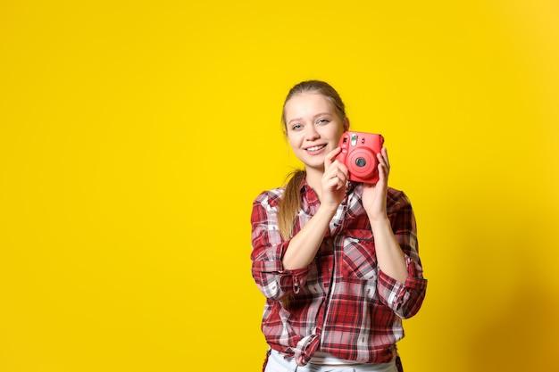 Молодая женщина-фотограф на цвете