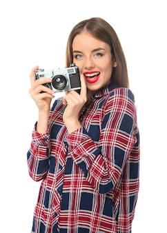 Молодая женщина-фотограф на белом