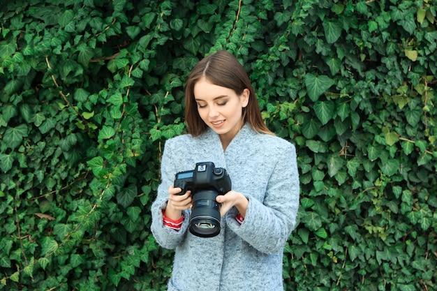 Молодая женщина-фотограф на открытом воздухе Premium Фотографии
