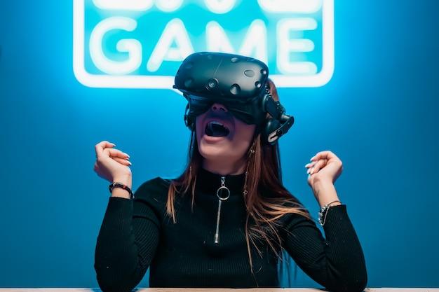 若い女性プレーヤーはゲームに喜んでいました。拡張現実。