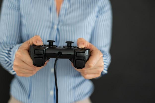 Молодая женщина играет в видеоигры, концентрируясь