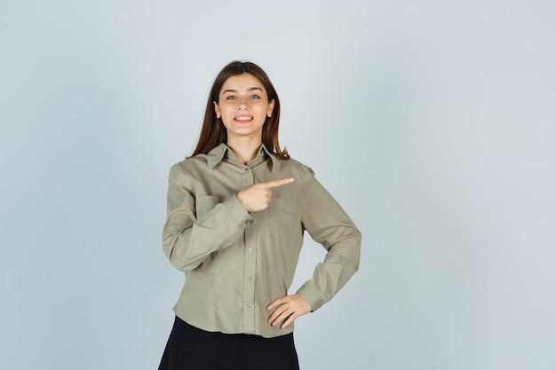 シャツ、スカートを右に向けて陽気に見える若い女性