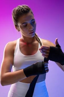 キックボクシングを練習している若い女性