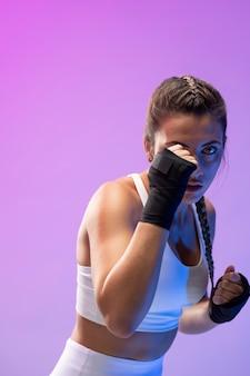 킥복싱을 연습하는 젊은 여성
