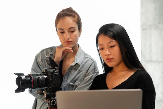 그녀의 스튜디오에서 젊은 여성 제품 사진 작가