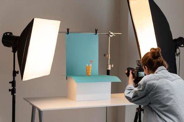 스튜디오에서 젊은 여성 제품 사진