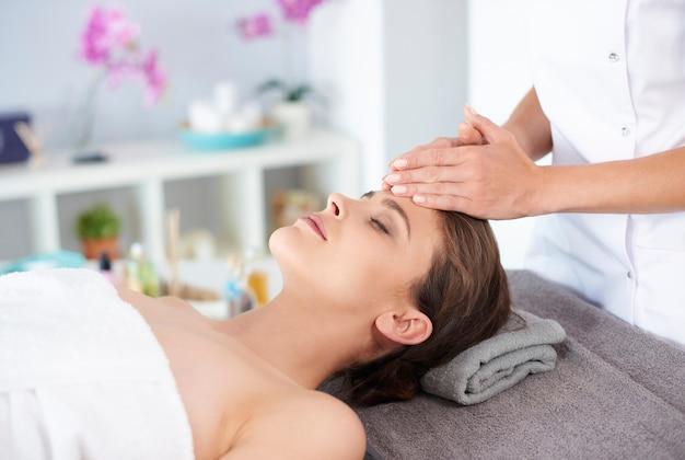 Молодая женщина получает профессиональный массаж лица