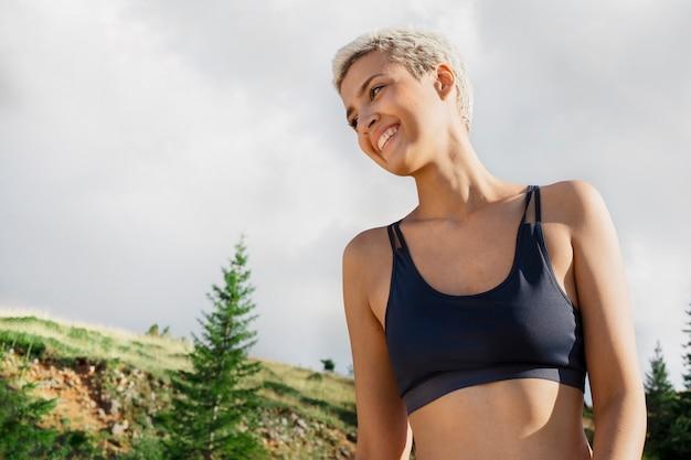 Молодая женщина-бегун в природе