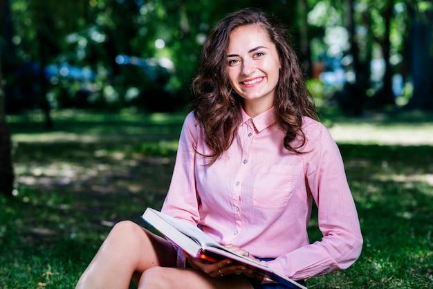 若い、女、見る、公園で、本