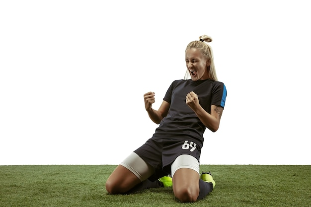 Молодая женщина-футболист или футболистка с длинными волосами в спортивной одежде и тренировке бутс